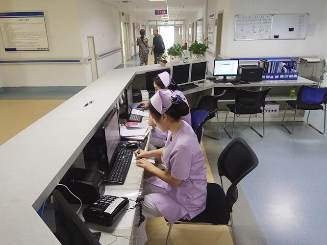 护士在办公区内